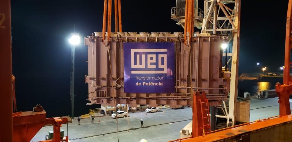Transformador gigante é embarcado no Porto de Imbituba