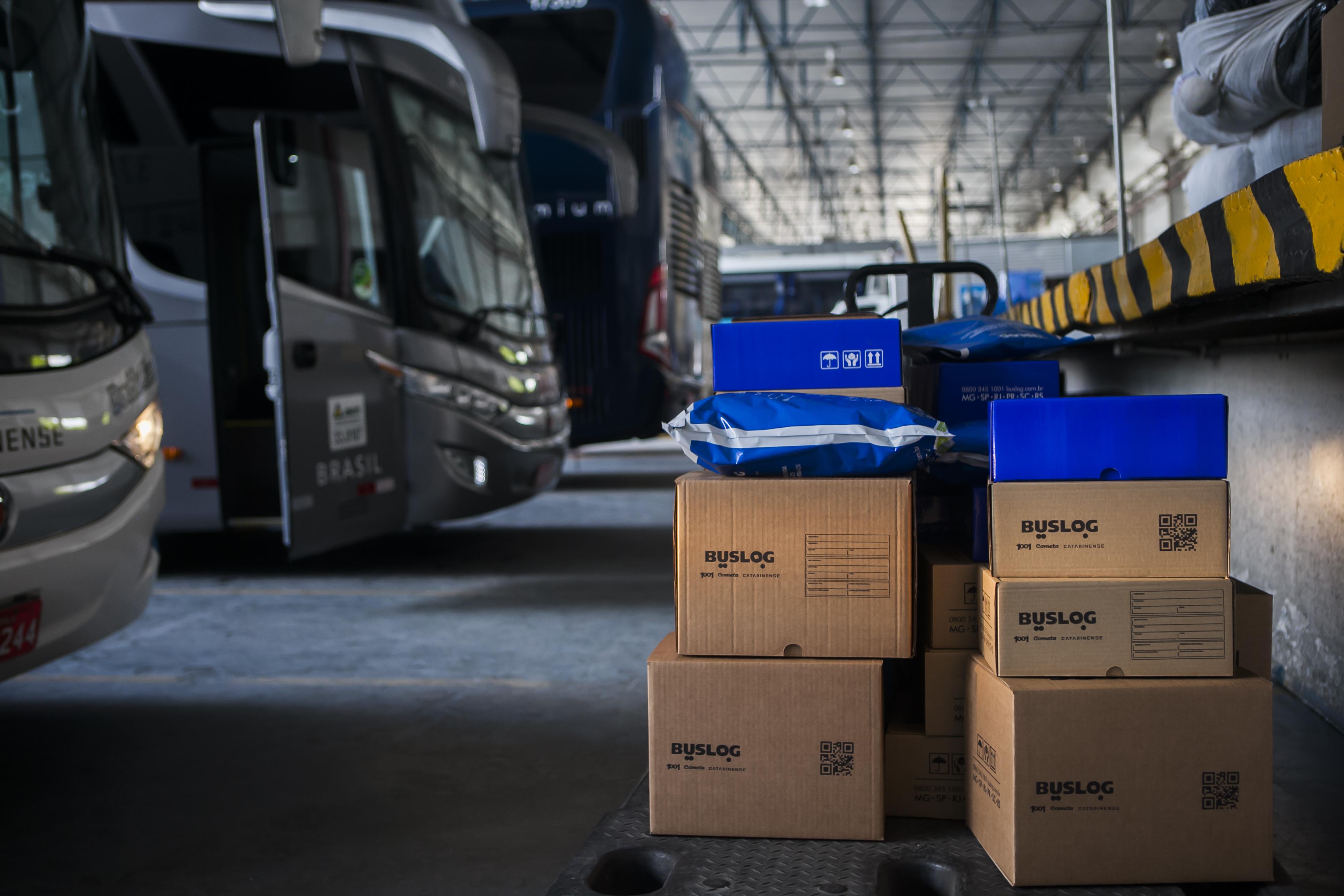 Carregamento de bagageiro com encomendas na sede logística da BusLog em São Paulo