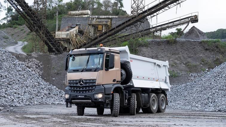 Mercedes-Benz lança Arocs 8×4 e eleva o patamar de força, robustez e tecnologia de caminhões off-road no Brasil